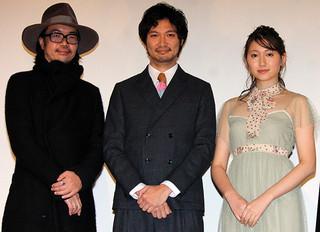 舞台挨拶に立った(左から) 半野喜弘監督、青木崇高、大野いと「雨にゆれる女」