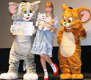 ドロシーをイメージした 衣装で登場した藤田ニコル「トムとジェリー すくえ!魔法の国オズ」