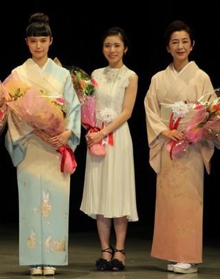 宮崎あおい(左)との対面を喜んだ 松岡茉優(中央)と高橋惠子「怒り」