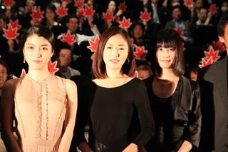 初日挨拶に立った松雪泰子(中央)と 橋本愛、成海璃子「古都」