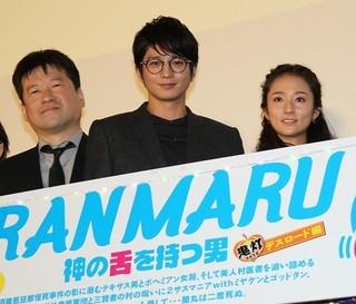 舞台挨拶に出席した向井理(中央) と木村文乃、佐藤二朗