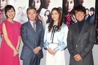 会見に出席した瀬戸朝香(右から2人目)ら「女の中にいる他人」