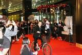 小日向文世&矢口史靖監督が自転車で参上!「サバイバルファミリー」マカオ上映は大盛況