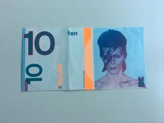 デビッド・ボウイの顔が印刷された紙幣「TOMORROW パーマネントライフを探して」