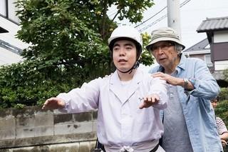 徳永ゆうき(左)と山田洋次監督「家族はつらいよ」