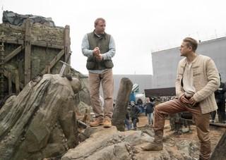 撮影現場でのガイ・リッチー監督 とチャーリー・ハナム「キング・アーサー」