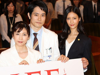 舞台挨拶に立った(左から) 武内結子、松山ケンイチ、菜々緒