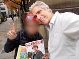 「ホームレス」出演モデルのマーク・レイ、来日時に日本のビッグイシュー販売員と交流