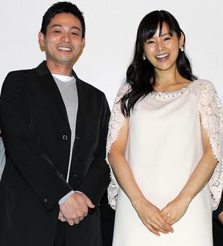初日挨拶に立った 小西真奈美と吉沢悠「トマトのしずく」