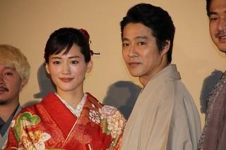 和装で登壇した綾瀬はるかと堤真一「本能寺ホテル」