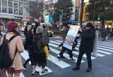 オスカーノミネートの伊監督が渋谷で体当たりのPR! 美人タレントにもばったり遭遇