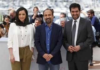 (左から)タラネ・アリシュスティ、 アスガー・ファルハディ監督、 シャハブ・ホセイニ「セールスマン」