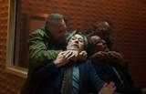 ライアン・レイノルズの記憶を移植されたケビン・コスナーが暴走!?「クリミナル」本編映像