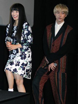 登壇するmiwaと坂口健太郎「君と100回目の恋」