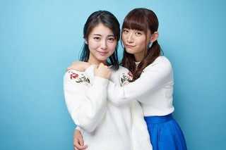 浜辺美波(左)を抱きすくめる浅川梨奈「咲 Saki」
