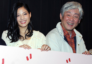 舞台挨拶を盛り上げた柳家喬太郎と 「E-girls」の石井杏奈「スプリング、ハズ、カム」