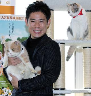 シナモンを抱く伊藤淳史「ねこあつめの家」