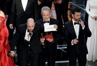 受賞結果の入った封筒を渡す際にミス「ラ・ラ・ランド」