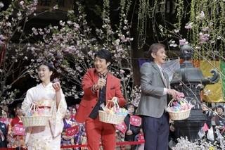 観覧客約600人に紅白もちや花の種を振る舞った「花戦さ」