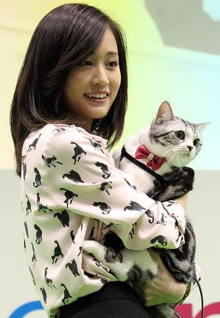 ポッツを抱っこする前田敦子