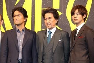 「孤狼の血」に主演する役所広司(中央)と 共演の松坂桃李(右)、江口洋介「孤狼の血」