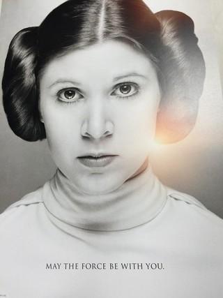 イベント後に配布された、シリアルナンバー 入りの故キャリー・フィッシャーさんポスター「スター・ウォーズ」