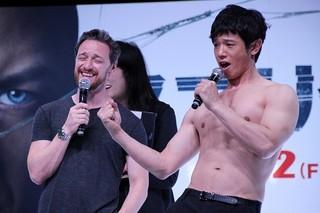庄司は劇中でのマカボイの筋肉に熱視線「スプリット」