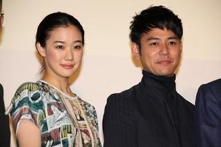 舞台挨拶に立った蒼井優と妻夫木聡「家族はつらいよ2」