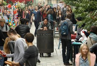 ゴミ箱を押して疾走するジャッキー・チェン「スキップ・トレース」