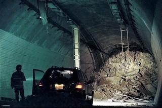 「トンネル 闇に鎖された男」の一場面「トンネル 闇に鎖(とざ)された男」