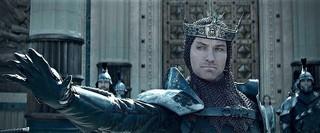 「キング・アーサー」でジュード・ロウ 演じる暴君ヴォーティガン「キング・アーサー」