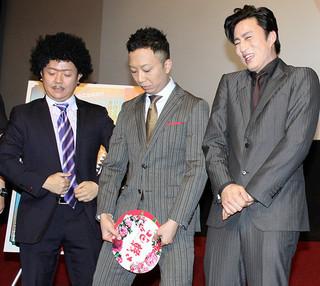 客席の笑いを誘った市川猿之助と 苦笑いを浮かべる市川染五郎「花戦さ」