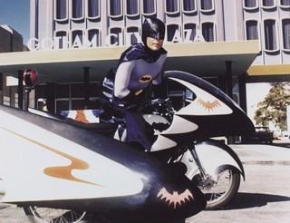 60年代のポップアイコンだったアダム・ウェストさん「バットマン vs スーパーマン ジャスティスの誕生」