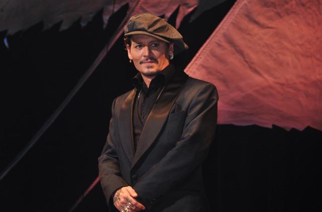 ジョニー・デップ、日本のファンに「こんにちは」連発!栗山千明&中川大志と親愛ハグ