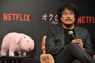 来日会見に臨んだポン・ジュノ監督(右) と主演女優アン・ソヒョン「オクジャ okja」