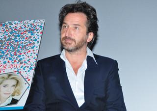 監督、脚本、主演をひとりで務めた エドゥアール・ベール「パリは今夜も開演中」