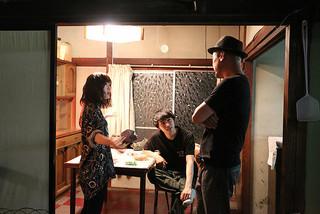 撮影中の伊藤沙莉(左)と須賀健太(中央)