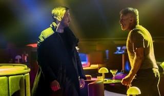 新旧捜査官が対じする「ブレードランナー 2049」の一場面「ブレードランナー」