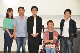 モデルとなった熊篠慶彦氏(写真右から2人目)とは10年来の友人「パーフェクト・レボリューション」