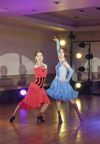 社交ダンスの先生と生徒など 9通りの役に挑む「かもめ食堂」