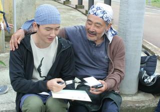 撮影の合間に談笑する藤竜也とルー・ユーライ「CHEN LIANG」