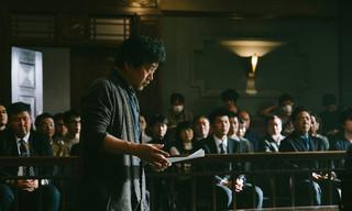 法廷のシーンで演出する是枝裕和監督「三度目の殺人」