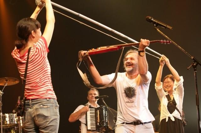 """なぜか巨大な弓が登場!? この""""ごった煮感""""がバンドのだいご味「オン・ザ・ミルキー・ロード」"""