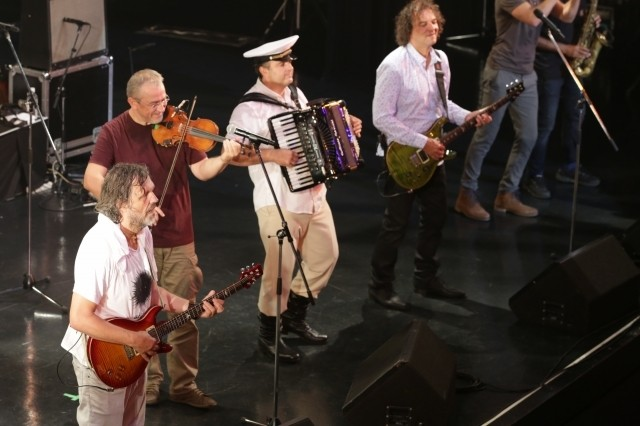 ギター、バイオリン、アコーディオンのフュージョン!「オン・ザ・ミルキー・ロード」