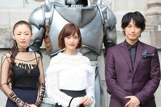 会見に出席した(左から) 松雪泰子、本田翼、ディーン・フジオカ「鋼の錬金術師」