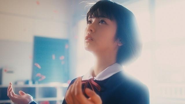 浜辺美波、三木孝浩監督作MVに出演!Aimer新曲「花の唄」で神秘的に舞う