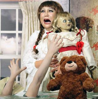 ホラー映画の人形に扮したはるな愛「アナベル 死霊人形の誕生」