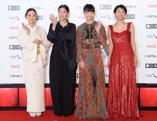 (左から)レッドカーペットに登場した蒼井優、安藤サクラ、宮崎あおい、満島ひかり「巫女っちゃけん。」