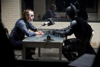 鬼気迫る演技を見せた故ヒース・レジャーさんと バットマン役のクリスチャン・ベール「ダークナイト」
