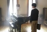 """""""調律師""""山崎賢人がピアノ見つめる「羊と鋼の森」ビジュアル&場面写真が初公開!"""